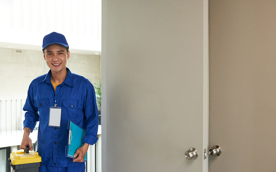 réparer un trou dans une porte