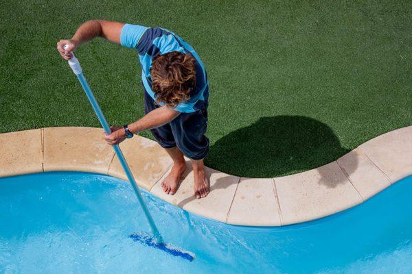 nettoyer poussières fond piscine