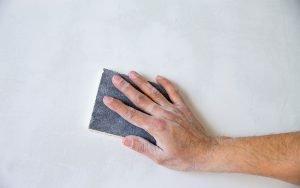 préparer un mur avant de le peindre