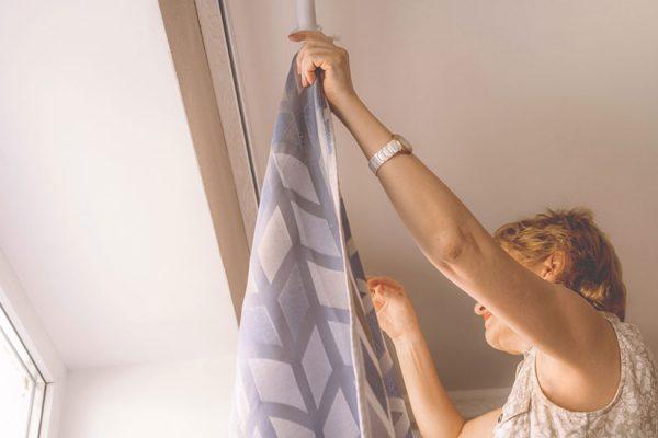 poser une tringle à rideaux