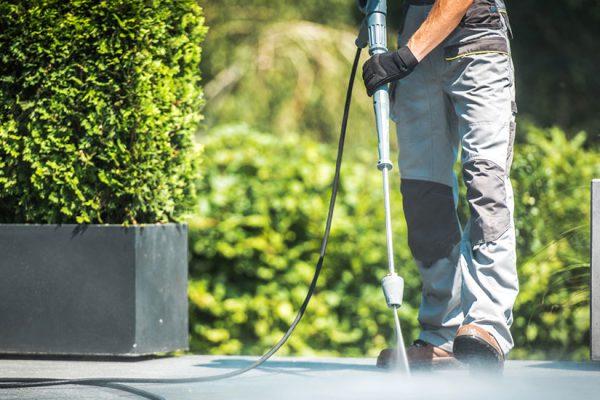 nettoyer les dalles noircies d'une terrasse