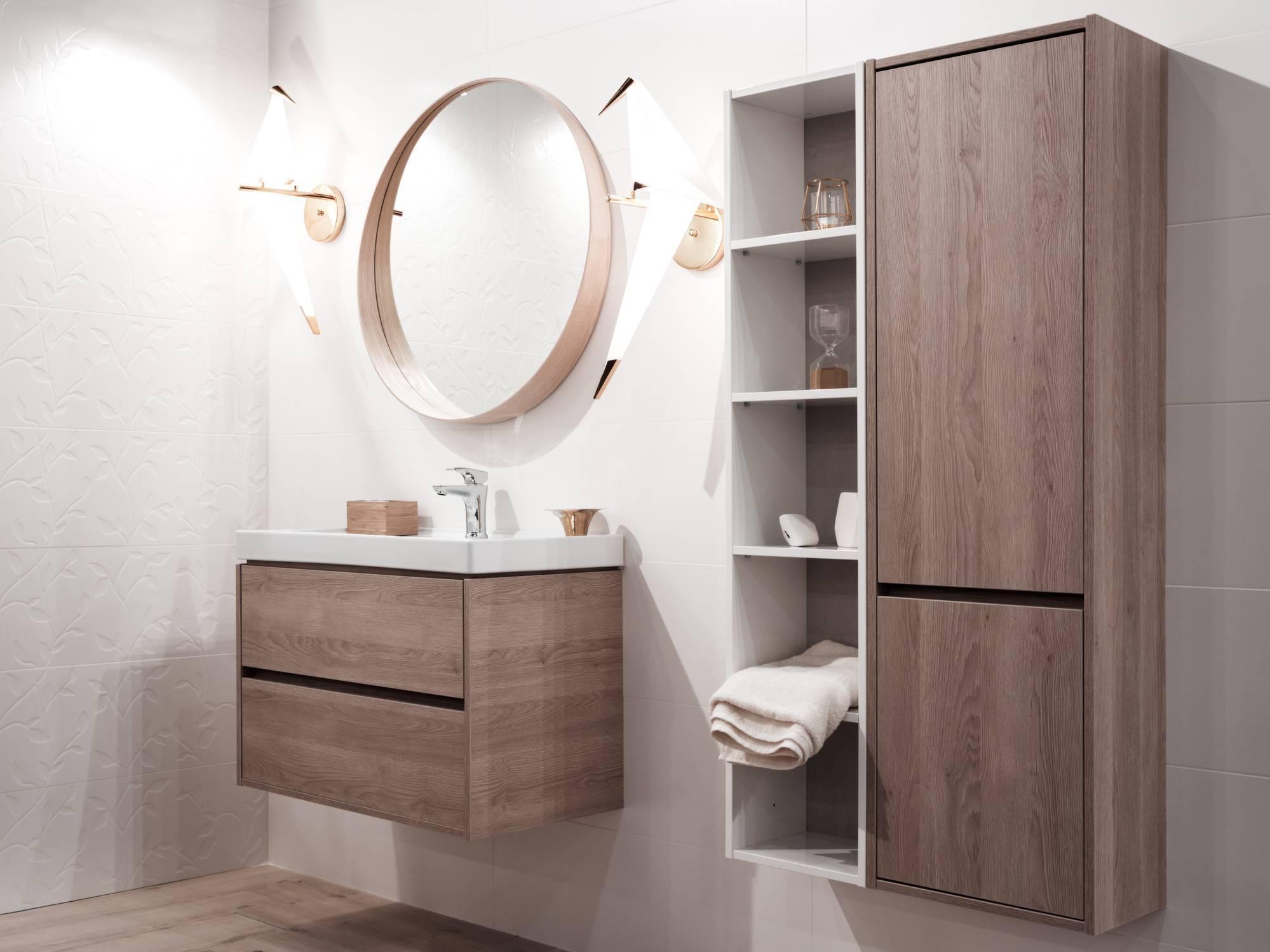Salle de bain aménagée avec du mobilier en bois